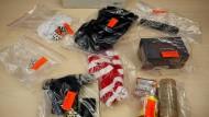 Sichergestellt von der Polizei: Sturmhauben, pyrotechnisches Material, Schlagstöcke und ein Ortungsgerät