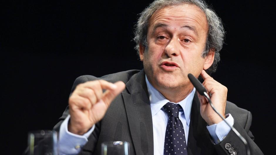 Michel Platini ist vorläufig gesperrt, darf aber möglicherweise doch noch auf die Zulassung zur Fifa-Wahl hoffen.