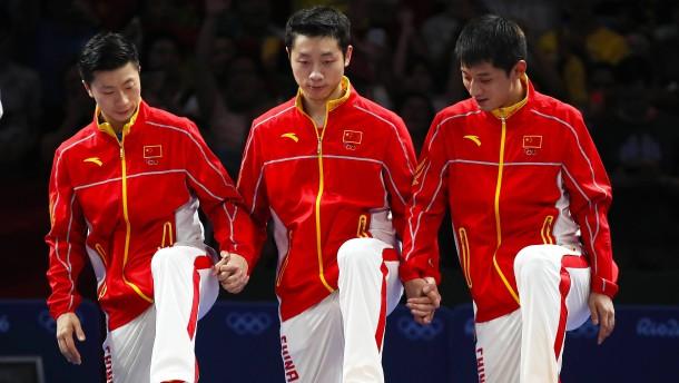 Drei Chinesen mit dem linken Fuß