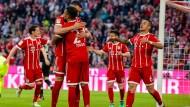 Die Spieler des FC Bayern jubeln nach dem deutlichen Sieg gegen Borussia Mönchengladbach.