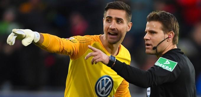 Was war los? Wolfsburg-Torwart Casteels (links) und Schiedsrichter Brych im Gespräch