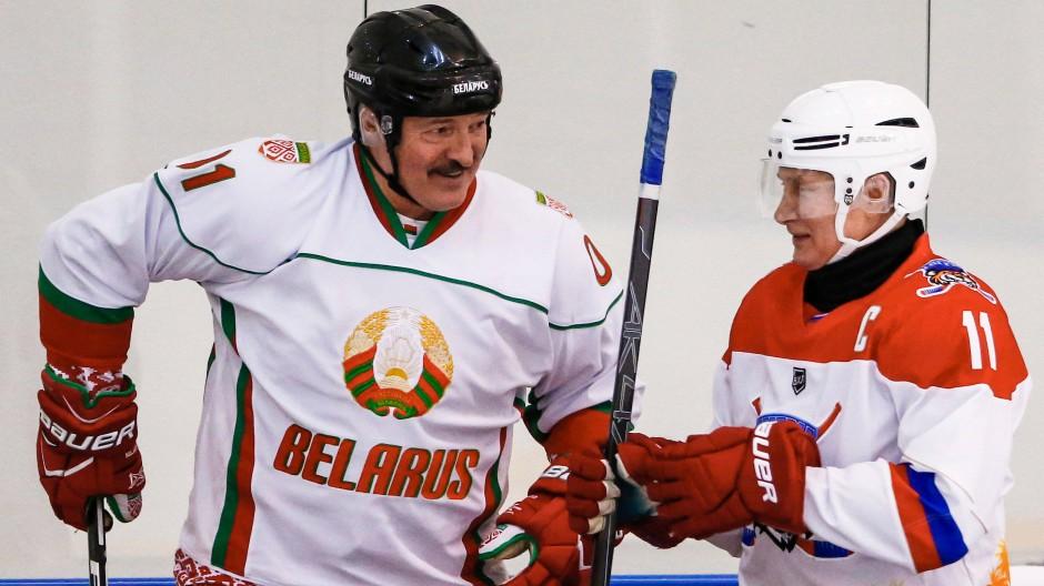 Begeisterte Eishockeyspieler: Alexander Lukaschenko (links) und Wladimir Putin, hier im Februar in Sotschi