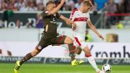 Stuttgarts Simon Terrode (rechts) spielt gegen St. Paulis Philipp Ziereis.