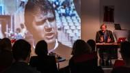 Mehr Lesung als Theateraufführung: Im Eintracht-Museum wird an das Leben des Fußballtrainers erinnert.