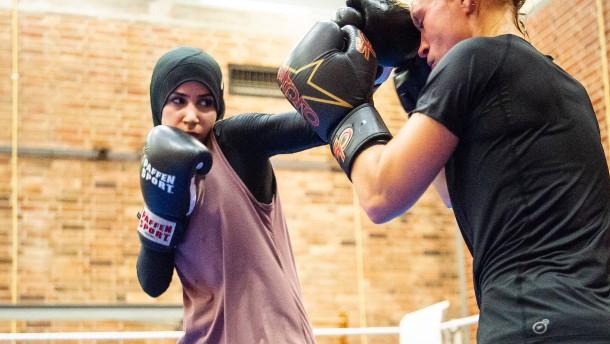 Kämpferin mit Kopftuch setzt sich durch