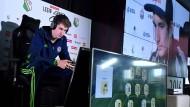 Tim Schwartmann vom FC Schalke 04 beim Computerspielen im Fußballtrikot: Ist es Sport?