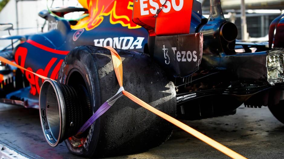 Schlapp auf dem Schlepper: das linke Hinterrad am Red Bull von Max Verstappen in Baku