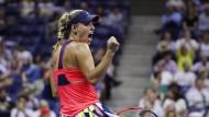 Das Spiel zur Spitze: Angelique Kerber feiert einen Punktgewinn im Halbfinale der US Open gegen die Dänin Caroline Wozniacki. Nachdem sie diese mit 6:4, 6:3 zurückwies, kann sie sich nun zum ersten Mal über einen Finaleinzug in New York freuen – und den ersten Platz auf der Weltrangliste.