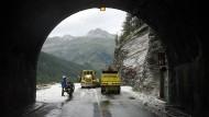 Hier geht es nicht mehr weiter: Die Tour de France wird gebremst durch das Wetter.