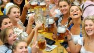 Junge Frauen feiern 2015 auf dem Münchner Oktoberfest