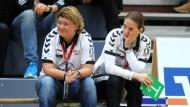 Streitbare Handball-Schiedsrichterin: Jutta Ehrmann-Wolf (links), daneben Trainerin Heike Ahlgrimm