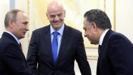 Wladimir Putin, Gianni Infantino und Witali Mutko (von links nach rechts)
