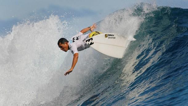 Perfekte Wellen im Pool statt Tahiti