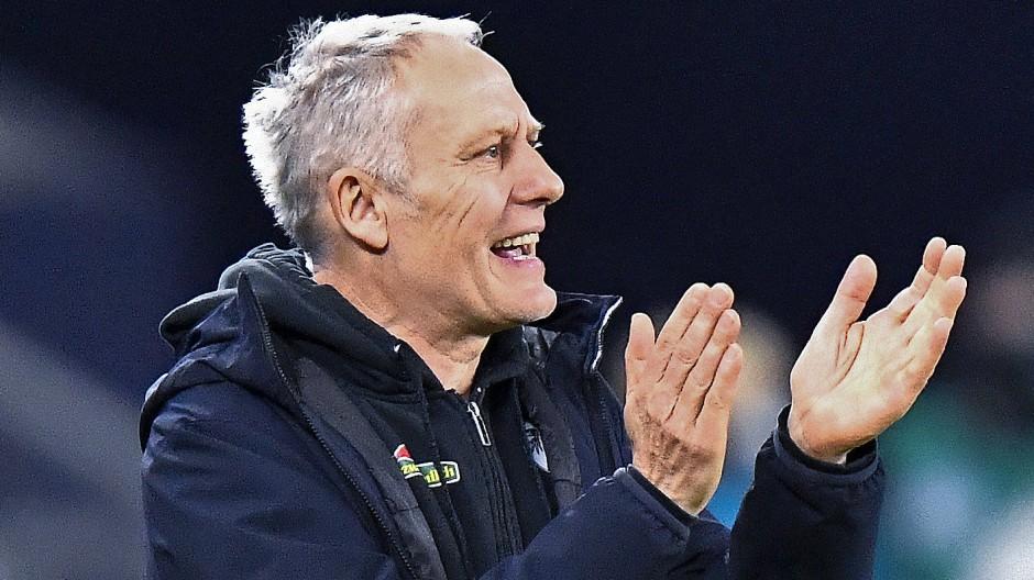 Drei Punkte gegen Stuttgart: Freiburgs Trainer Christian Streich freut das.