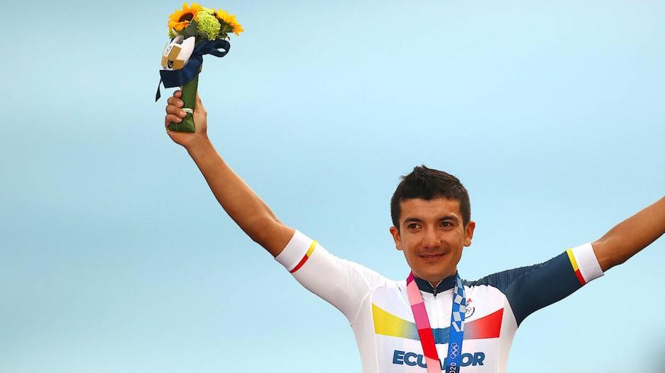 Richard Carapaz holt sich Gold bei Olympia im Straßenrennen.