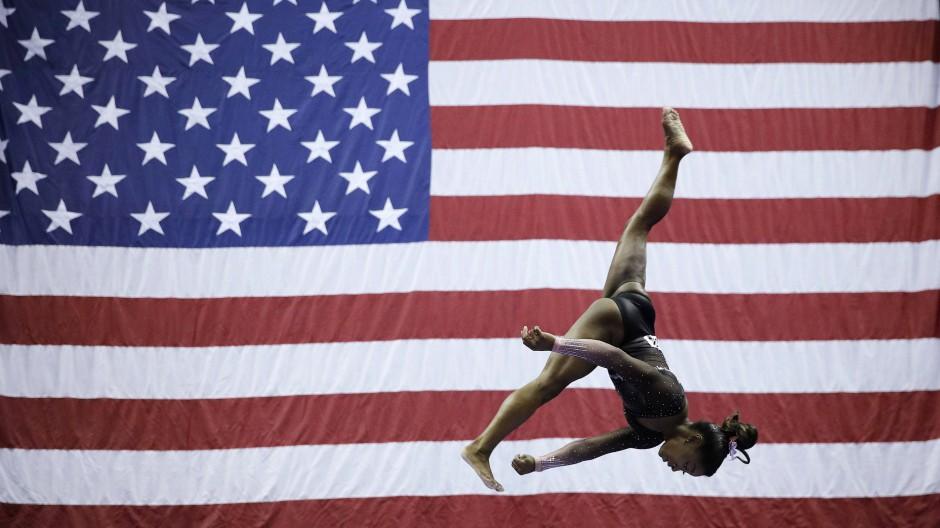 Die Luft ist ihr Zuhause: Simone Biles will ihr großes Ziel, die Olympischen Spiele in Tokio, nicht aufgeben.
