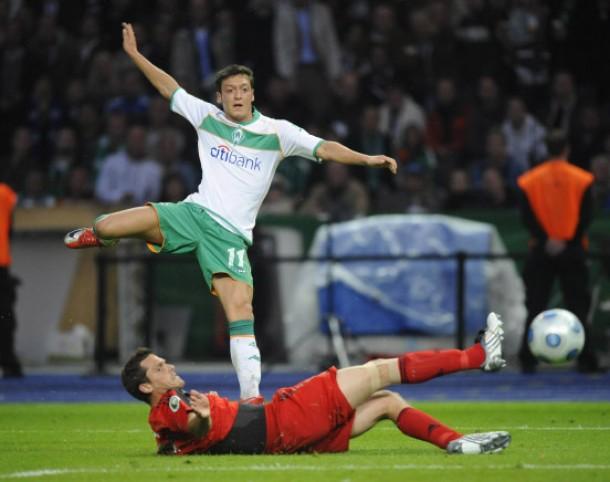 Der Ball wird noch von Abwehrspieler Friedrich entscheidend abgefälscht