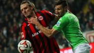 Hand am Hals: Wolfsburgs Daniel Caliguiri kämpft mit allen Mitteln gegen Torjäger Alex Meier.