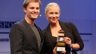 Formel-1-Weltmeister Nico Rosberg und Preisträgerin Vanessa Low.
