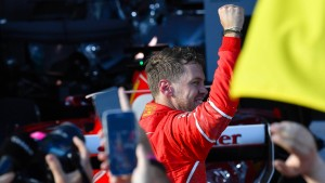 Vettel zeigt die Faust des Erfolges