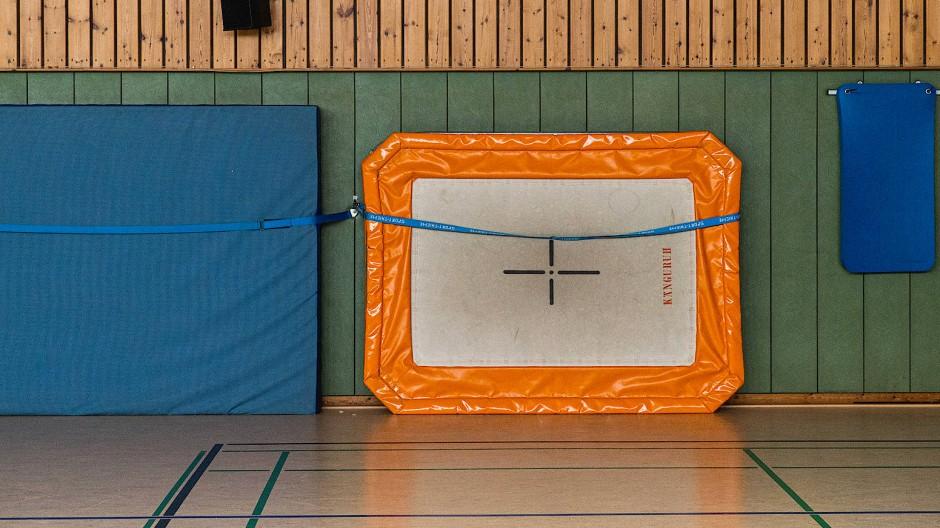 Leere Sporthalle: Dem hessischen Sport laufen die Mitglieder davon.