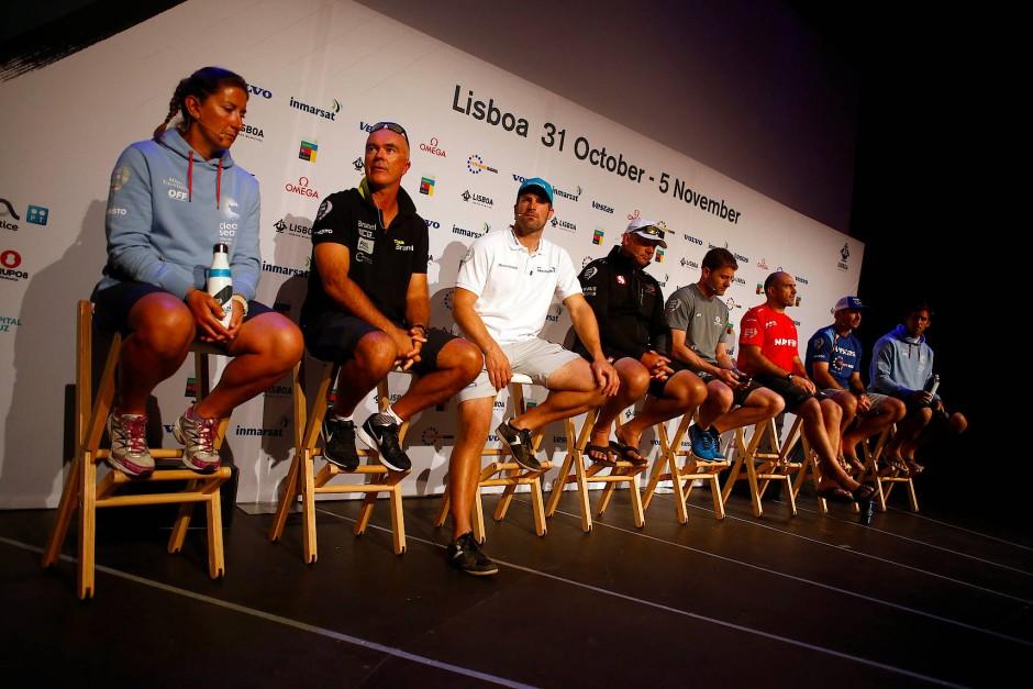 Hier ist noch alles trocken und warm: die Skipper vor dem Start in Lissabon.