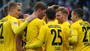 Bielefeld Erster – Drei Abseitstore von Gomez