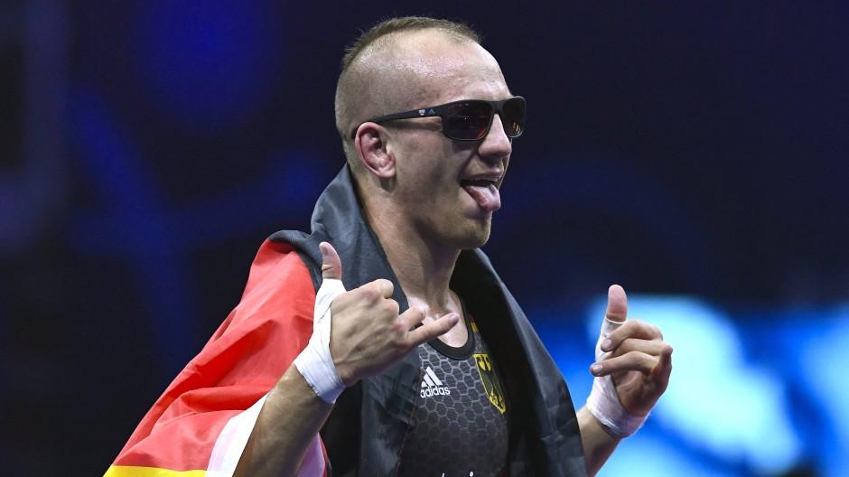 Cooler Ringer: Frank Stäbler mit einem Sonnenbrillengeschenk seines Bundestrainers Michael Carl.