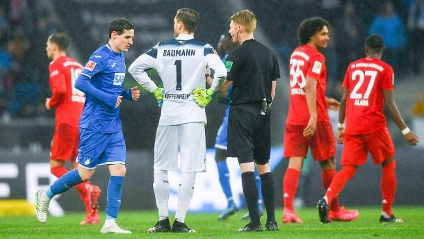 Profis stellen Spiel nach Eklat im Bayern-Block ein