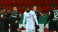 Während Leverkusen den klaren Sieg feiert, trauert Frankfurt über das Aus im Pokal.