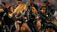 Ganz in schwarz: Beyonce (links) und Bruno Mars lieferten aber auch eine bunte Show.