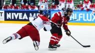 Kanadas Superstar Sidney Crosby (r.) enteilt seinem Gegner, dem Tschechen Jan Hejda