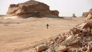 Sicherheitskräfte umzingeln Wüstengegend