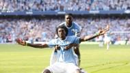 Kapitän Kolo Toure, ebenfalls früher bei Arsenal, versucht Adebayor aus der Schusslinie zu nehmen