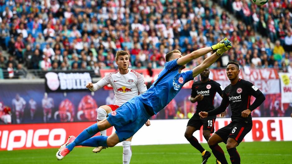 Ein fliegender Finne: Frankfurts Torwart Hradecky rettet.