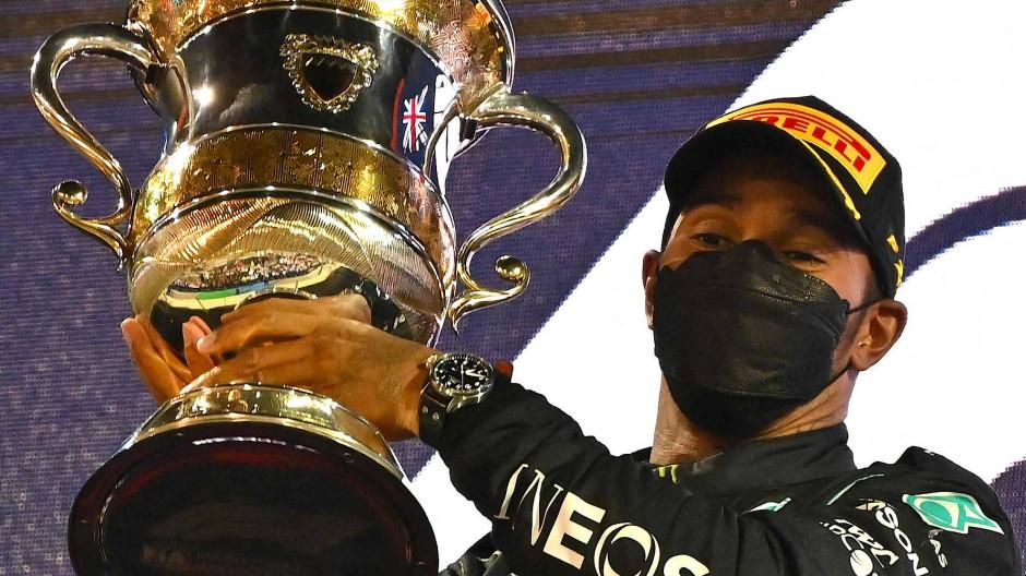 Lewis Hamilton staubt auch in Bahrein zum Saisonstart den größten Pokal ab.