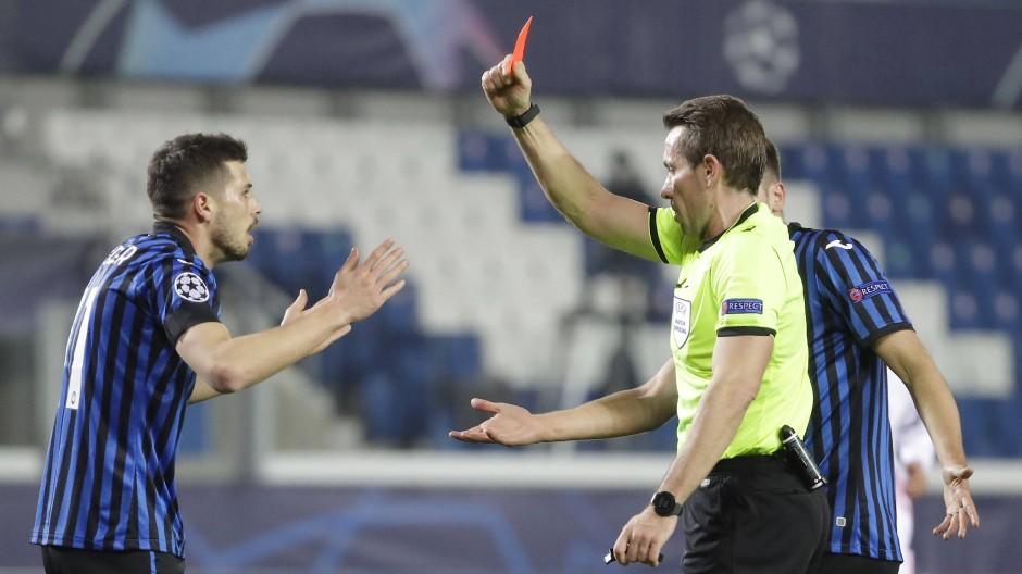 Stein des Anstoßes: Tobias Stieler zeigt Remo Feuler die Rote Karte.