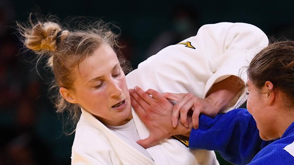 Martina Trajdos (links) verlor gleich ihren ersten Kampf bei Olympia gegen Szofi Ozbas aus Ungarn.