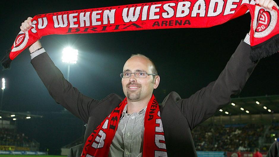 Der Chef als Fan: Markus Hankammer mit SV-Wehen-Schal in der Brita-Arena in Wiesbaden.