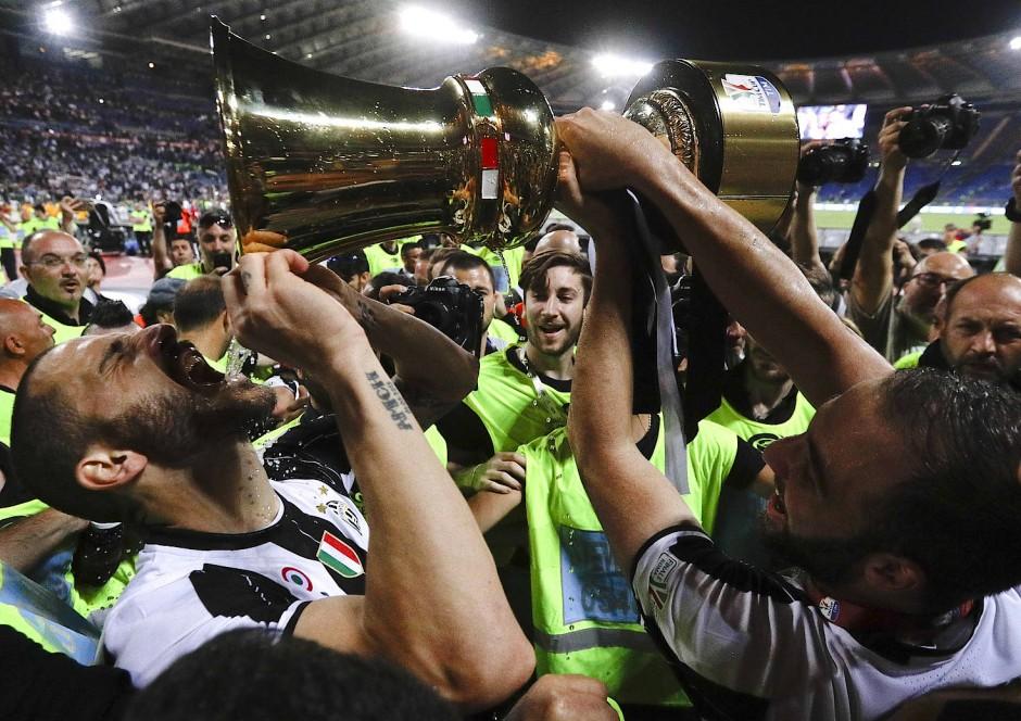 Titel-Durst: Leonardo Bonucci trinkt aus dem Pokal