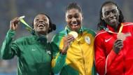 Das Medaillentrio des olympischen 800-Meter-Laufs von Rio 2016: Francine Niyonsaba (Burundi/Silber), Caster Semenya (Südafrika/Gold) und Margaret Wambui (Kenia/Bronze, von links)
