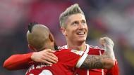 Torschützen unter sich: Vidal (links) und Lewandowski trafen für die Bayern gegen Augsburg.