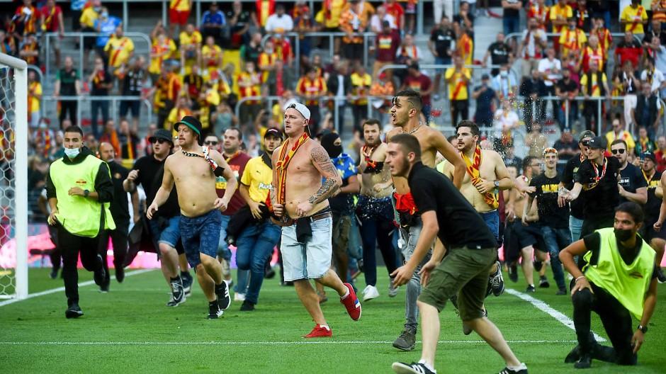 Französischer Fußball: Problemfans stürmen den Rasen in Lens