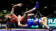 Weltklasseringen: Der amerikanische Olympiasieger Jordan Burroughs (l.) kann sich knapp der Angriffe des Iraners Peyman Yarahmadi erwehren