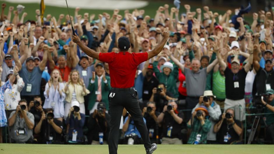 Gefeierter Held: Die Golf-Fans bejubeln Tiger Woods nach seinem Masters-Sieg.
