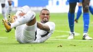 Frankfurts Kevin-Prince Boateng liegt nach der Attacke eines Gegenspielers am Boden.