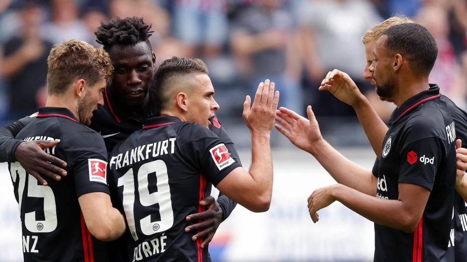 Gut angekommen: Rafael Santos Borré nimmt die Glückwünsche der Kollegen nach seinem ersten Tor für die Eintracht entgegen.