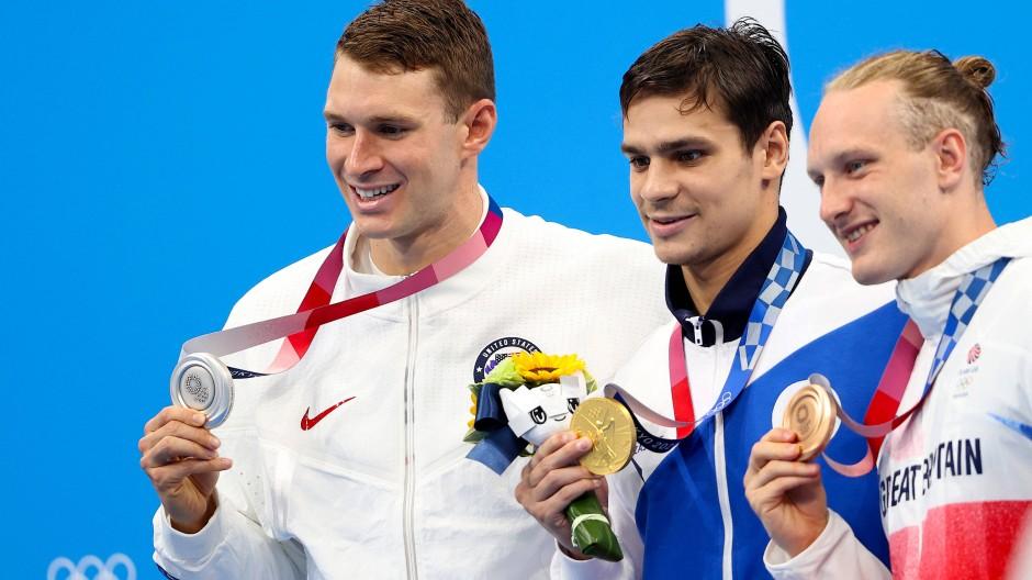 Vergiftete Stimmung unter den Rivalen, auch wenn es bei der Medaillenpräsentation einträchtig erscheint: Ryan Murphy (l.) misstraut Olympiasieger Jewgeni Rylow (M.). Der Brite Luke Greenbank steht mit Bronze dabei.