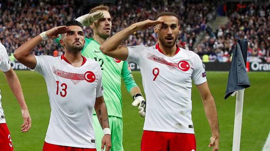 Geste mit großer Wirkung: Die türkischen Fußball-Profis salutieren beim Spiel gegen Frankreich nach dem Treffer von Bundesliga-Spieler Kaan Ayhan.