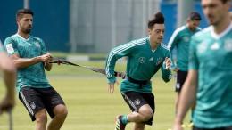 Özil beginnt, Reus auf der Bank